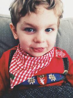 Child with scarf - AF000005