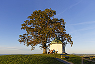 Germany, Bavaria, Chiemgau, Panorama chapel at Samerberg - SIE005126