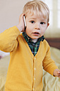 Portrait of toddler telephoning with smartphone - MFF000916