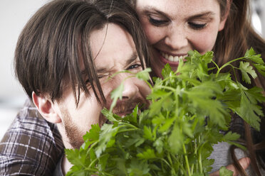 Happy couple with parsley - FMKF001103