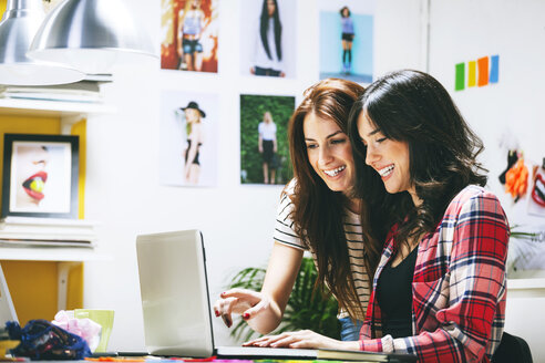 Two female fashion bloggers working in the office - EBSF000057