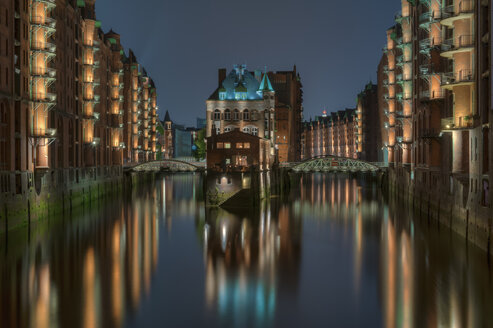 Germany, Hamburg, Wandrahmsfleet at old warehouse district (Speicherstadt) by night - RJ000001