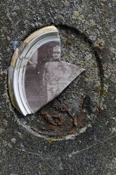 Czechia, South Bohemia, Kvilda, Knizeci Plane, Fuerstenhut, broken picture on gravestone - LB000610