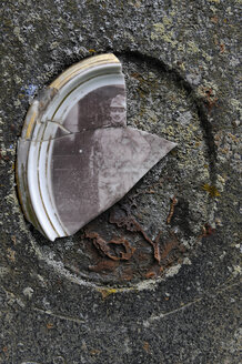 Czechia, South Bohemia, Kvilda, Knizeci Plane, Fuerstenhut, broken picture on gravestone - LB000610