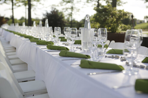 Festive laid table with green napkins and wine glasses - JATF000693