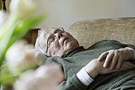 Senior man having midday sleep on sofa - JATF000711