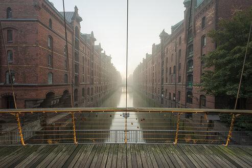 Germany, Hamburg, Speicherstadt, Wandrahmsfleet at sunrise - RJF000006