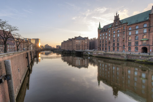 Germany, Hamburg, Zollkanal in the Speicherstadt at sunrise - RJF000010