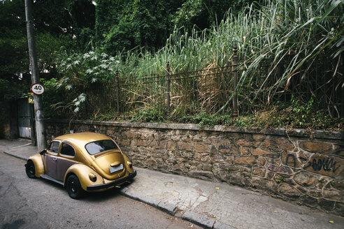 Brazil, Rio de Janeiro, Golden vintage car on street - AMC000050