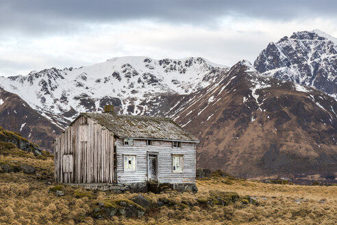 Norway, Lofoten, Old house on Vestvagoy - STS000338