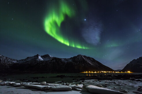 Norway, Lofoten, Polar lights (aurora borealis) on Gimsoy - STS000343