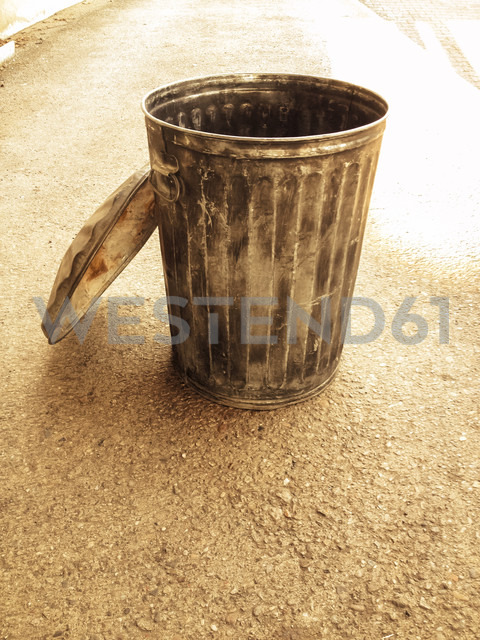 metal trash bin, Berlin, Germany - FBF000259 - Frank Blum/Westend61