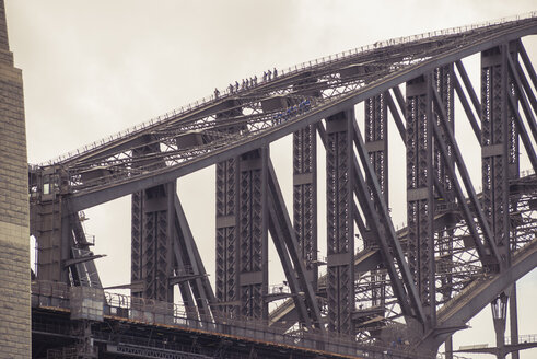 Australia, Sydney, people climbing up Harbour bridge - FB000273