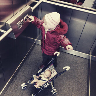 Little girl in the elevator - GS000790