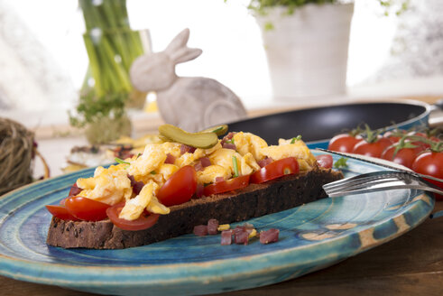 Scrambled eggs with ham cubes on protein bread with tomatos - CSTF000153