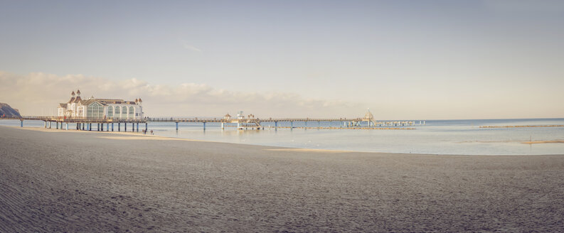 Germany, Mecklenburg-Western Pomerania, Ruegen, sea bridge at Baltic seaside resort Sellin in winter - MJF000892