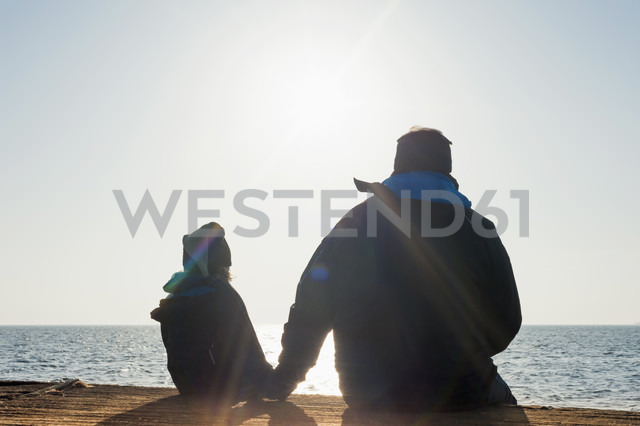 Germany, Mecklenburg-Western Pomerania, Ruegen, father and son looking at sea side by side - MJF000908 - Jana Mänz/Westend61