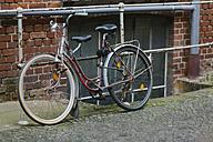 Germany, Saxony, Leipzig, old bike leaning at railing - HCF000024