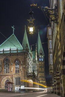 Germany, Bremen, Historic downtown district with townhall and St Petri Cathdral - NKF000068