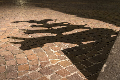 Germany, Bremen, Shadow of the sculpture of the Bremen city minstrels - NKF000070