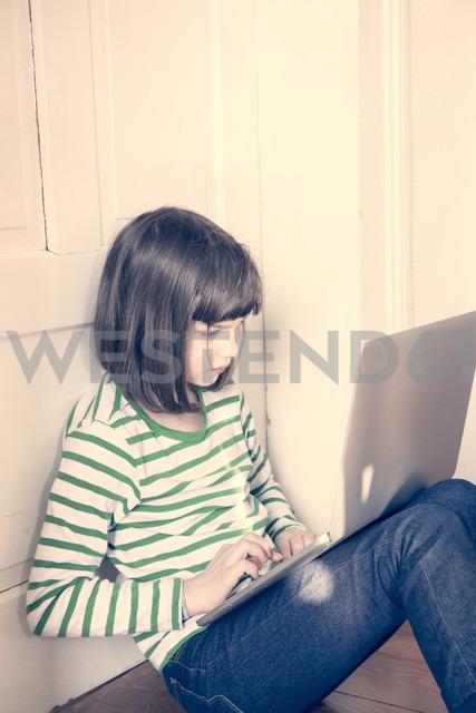 Portrait of little girl using laptop at home - LVF000900 - Larissa Veronesi/Westend61