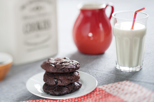 Chocolate cookies with dried sour cherries and glass of milk - BR000141