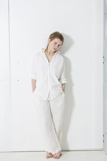Teenage girl wearing white clothes standing in white room - MAEF008179