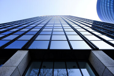 Germany, North Rhine-Westphalia, Dortmund, facade of high-rise office building, view from below - HOH000597