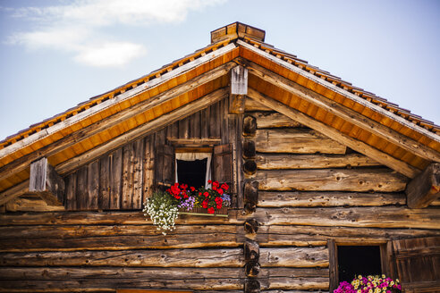 Austria, Gosau, wooden house with flower box - KVF000050