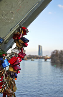 Germany, Hesse, Frankfurt, love locks at bridge pier of Eiserner Steg - AKF000343