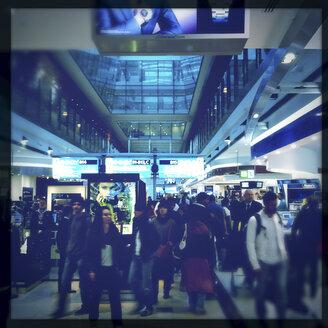 Travellers at Dubai International Airport (Dubai International Airport), the Emirate of Dubai, United Arab Emirates - DIS000678