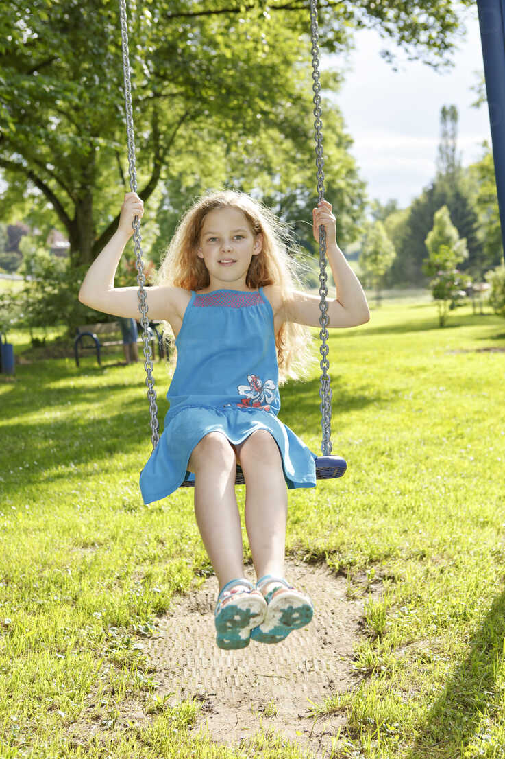 Germany, Coburg, teenage girl on a swing in the park - VTF000178 - Val Thoermer/Westend61