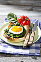 Fried eggs and spinach on toast with tomato - MAEF008288