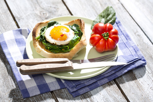 Fried eggs and spinach on toast with tomato - MAEF008289