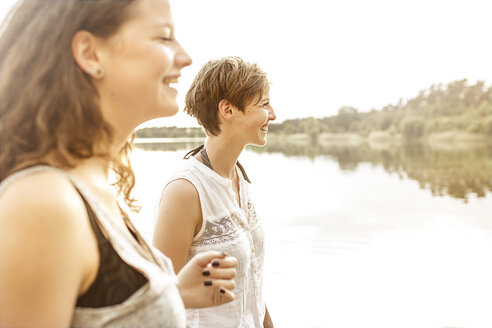Portrait of two young women having fun at quarry pond - MUMF000012