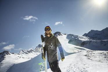Austria, Vorarlberg, Riezlern, Snowboarder in the mountains - MUMF000063