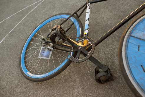 Germany, Hannover, Polo bike lying on ground - MUMF000080
