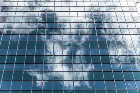 New Zealand, Auckland, facade of skyscraper with reflection of clouds, partial view - WV000471