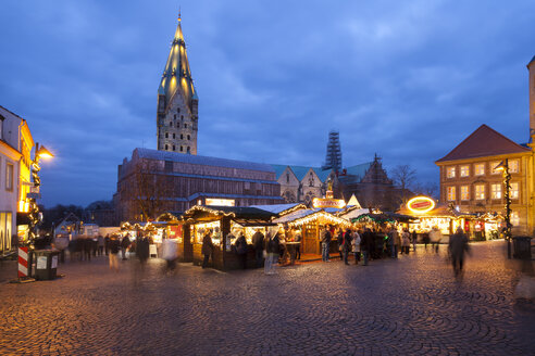 Germany, North Rhine-Westphalia, Paderborn, Christmas market at Domplatz, in the background Cathedral - WIF000507