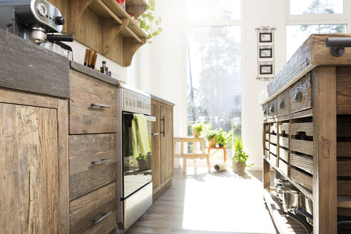 Country style kitchen in sunlight - FKF000468