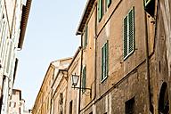 Italy, Tuscany, Volterra, row of houses - KVF000065