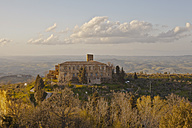 Italy, Tuscany, Volterra, country house in rolling landscape - KVF000075