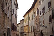 Italy, Tuscany, Volterra, row of houses - KVF000078