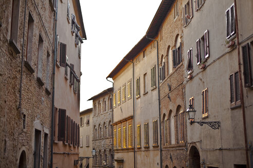 Italy, Tuscany, Volterra, row of houses - KVF000078