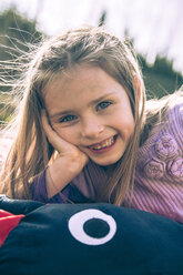 Portrait of smiling little girl - SARF000418