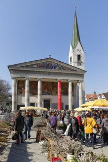 Austria, Vorarlberg, Dornbirn, farmer's market in front of St Martin's Church - SIE005214
