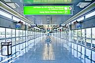 USA, New York, directional sign at JFK airport - DIS000691
