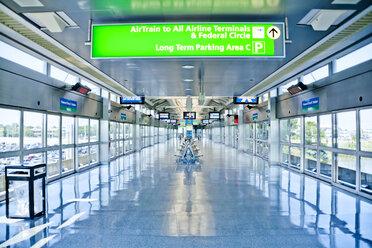 USA, New York, directional sign at JFK airport - DIS000691