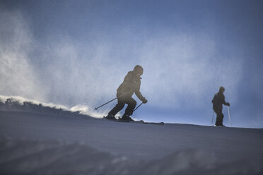 Austria, Wilder Kaiser, Alps near Kufstein, People skiing - VT000184