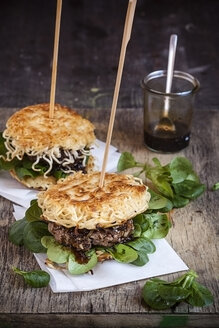Ramen burgers, with beef patties and lamb's lettuce - SBDF000667
